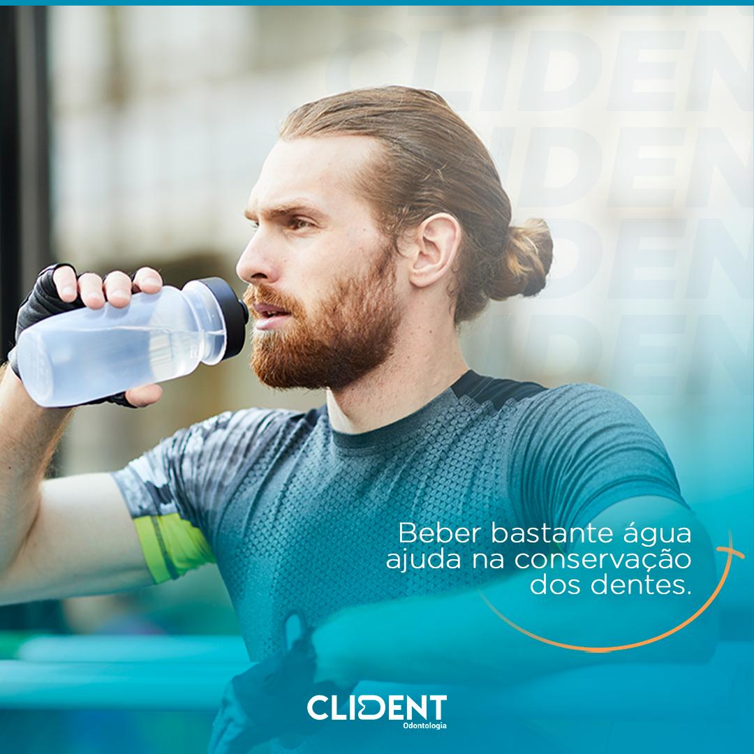 Beber bastante água ajuda na conservação dos dentes.